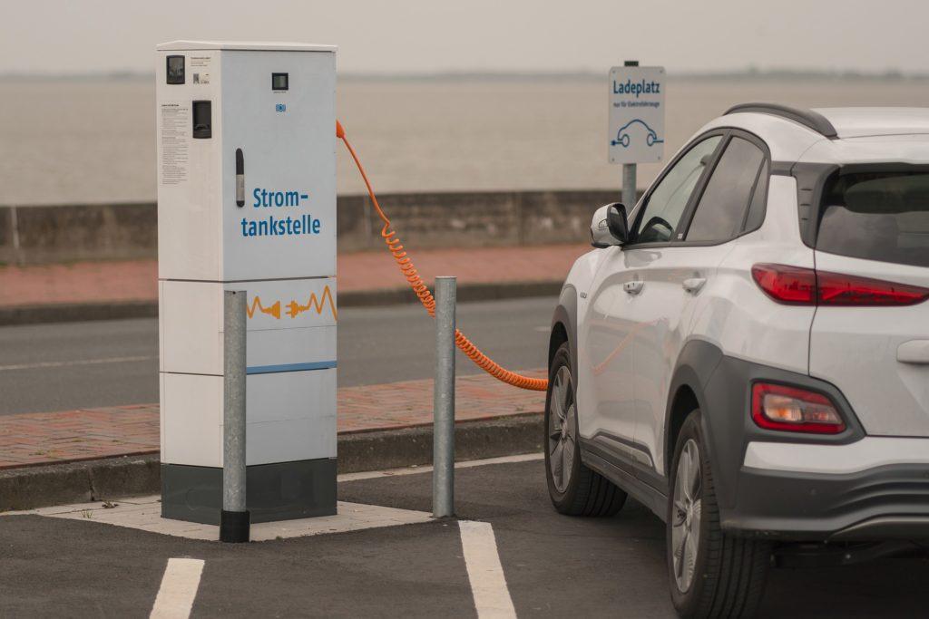 Autoladestation - Ein E-Auto tankt an einer öffentlichen Ladestation